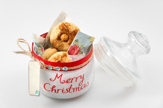 クリスマスの装飾が施されたガラスの瓶にクリスマスクッキー。セレクティブフォーカス