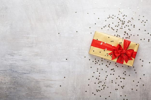 현실적인 선물 상자와 반짝이 색종이와 크리스마스 디자인