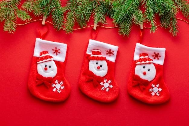 Новогодняя гирлянда из новогоднего чулка и еловых веток