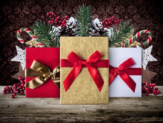 木の板にキャンディースターと松ぼっくりをプレゼントするクリスマスグランジ装飾