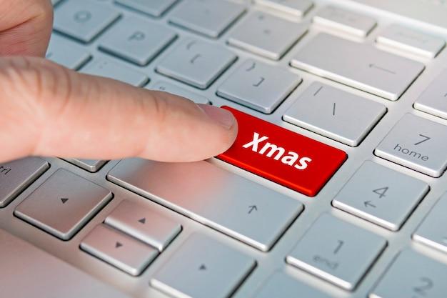 Рождественские надписи на серой серебряной кнопке клавиатуры крупным планом.