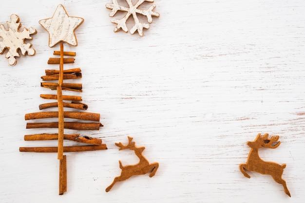 Деревенское рождество декоративное, орнамент xmas на деревянной предпосылке. винтажный стиль, вид сверху.