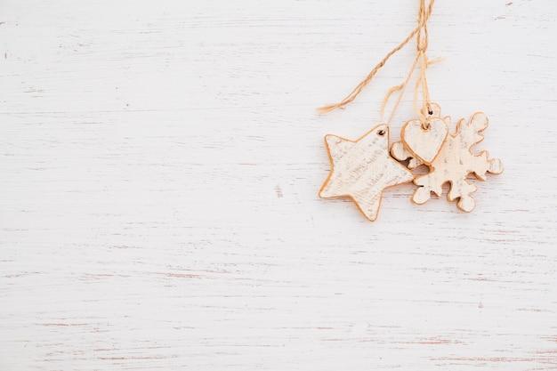 Деревенское рождество декоративное, орнамент xmas вися на деревянной предпосылке.