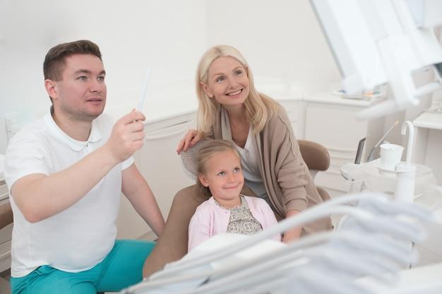 X線の結果。 x線の結果を子供たちのお母さんに見せている男性医師