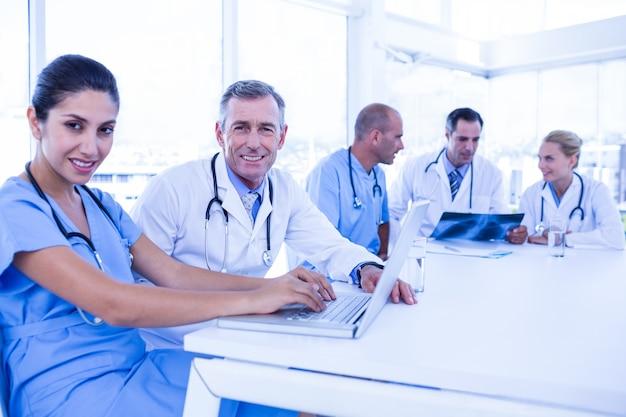 コンピュータを使って医師がxrayを見ている彼らの同僚