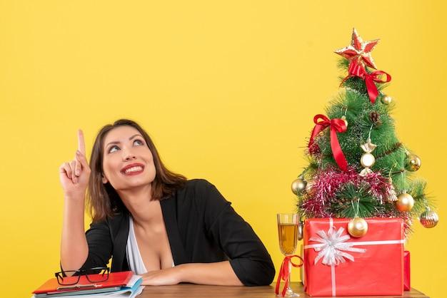 위로 젊은 비즈니스 아가씨와 함께 크리스마스 분위기