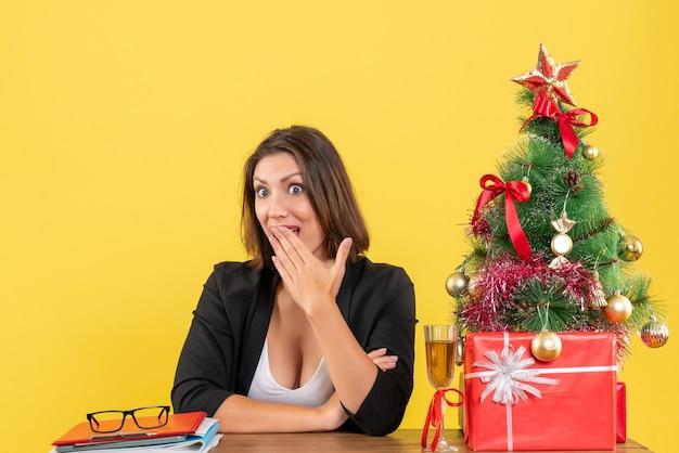 Atmosfera natalizia con la giovane donna d'affari incapace di nascondere la sua sorpresa