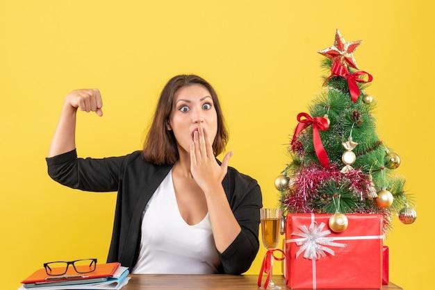 젊은 심각한 정서적 긴장된 충격 된 비즈니스 레이디와 함께 크리스마스 분위기