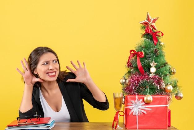 黄色の若い不満の深刻な感情的な神経質なビジネスの女性とxsmas気分