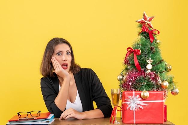 黄色の若い不満の深刻なショックを受けた感情的なビジネスの女性とxsmas気分