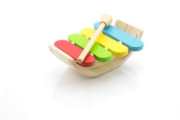 木琴の木のおもちゃ、白い背景に分離された多色の木琴、子供のおもちゃ。