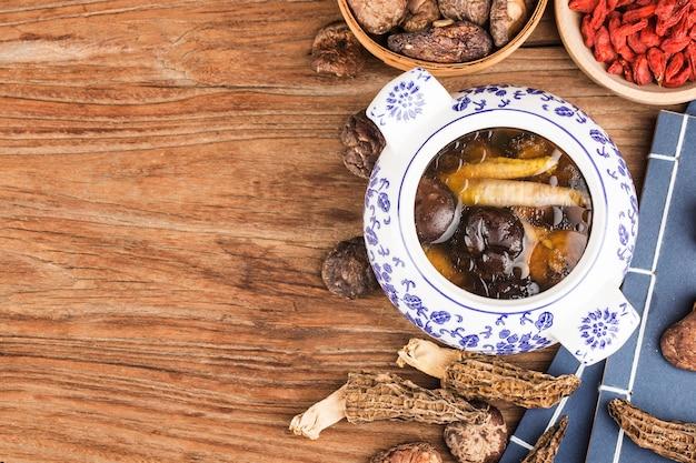チャイニーズフードシチューマッシュルームシチューチキンスープy and nutritious。健康に良い。