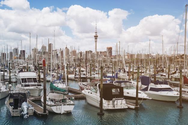 Яхта в гавани в окленде, новая зеландия