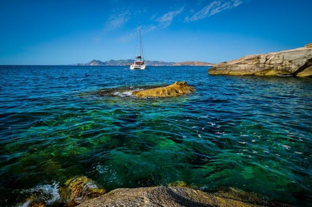 エーゲ海ミロス島ギリシャのサラキニコビーチでのヨットボート