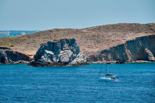 ギリシャのミロス島に近いエーゲ海のヨット ボート