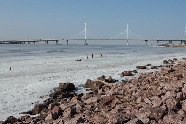 サンクトペテルブルク、ロシアの晴れた春の日のヨット橋