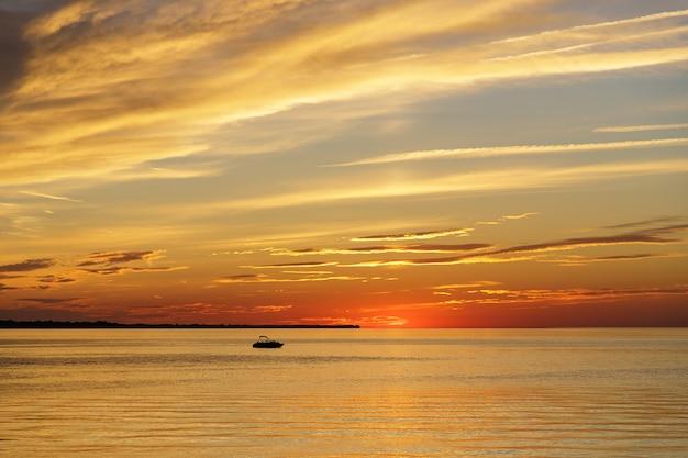 Яхта плывет на линии горизонта, озеро онтарио в рочестере, сша.