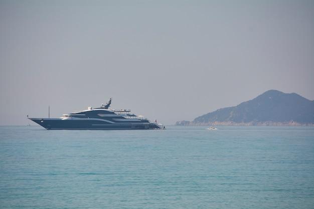 夏の間、ヨットは海岸近くに係留されました。非常に高価な休暇の象徴です。