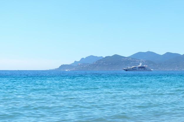 カンヌのビーチの近くのヨット