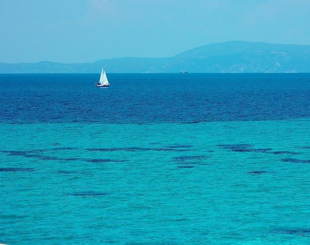 Яхта на синем море летом в греции