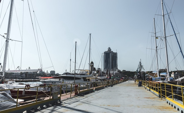 オデッサ、ウクライナの港湾でのヨット駐車