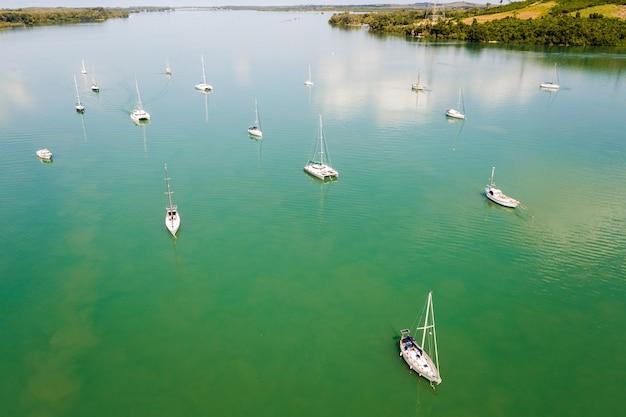 緑の海の空撮でセーリングヨット Premium写真