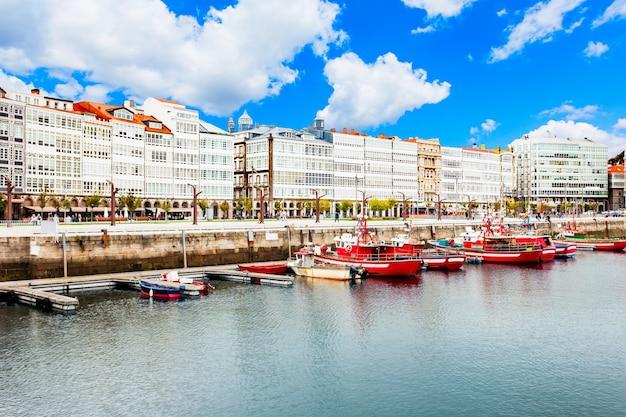 스페인 갈리시아의 a coruna 도시 항구에서 요트와 보트