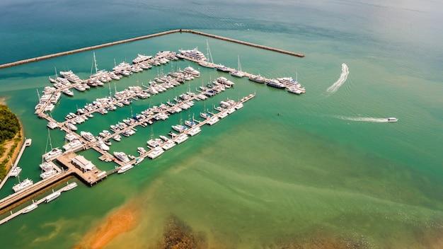 プーケットタイのマリーナベイのヨットとボート空中写真