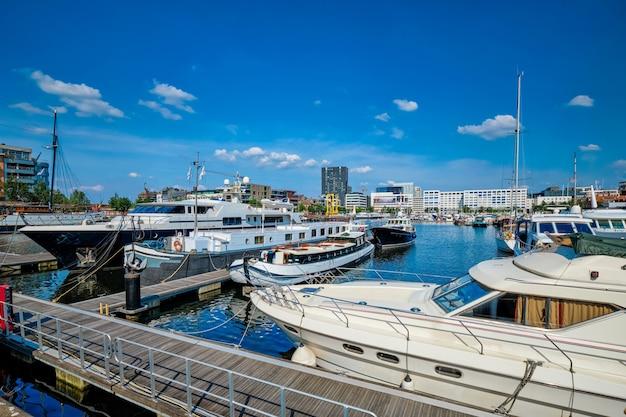 Яхты и катера пришвартованы в виллемдоке в антверпене, бельгия