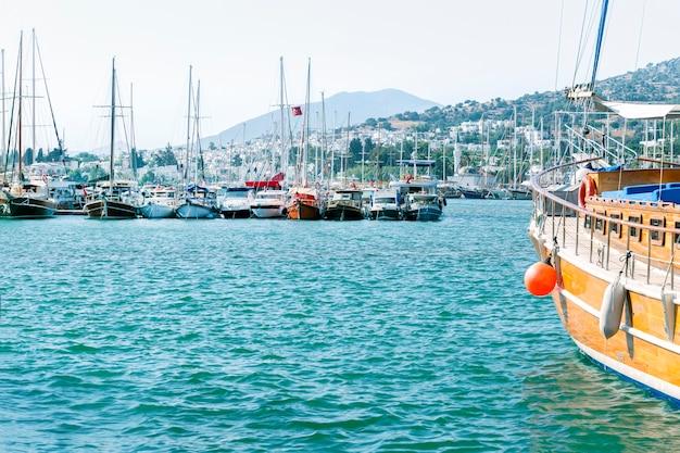 Яхты и туристические катера в пристани бодрума. бодрум - популярный пляжный курорт в турции.