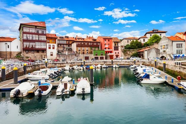 Яхты на пристани для яхт города льянес, провинция астурия на севере испании