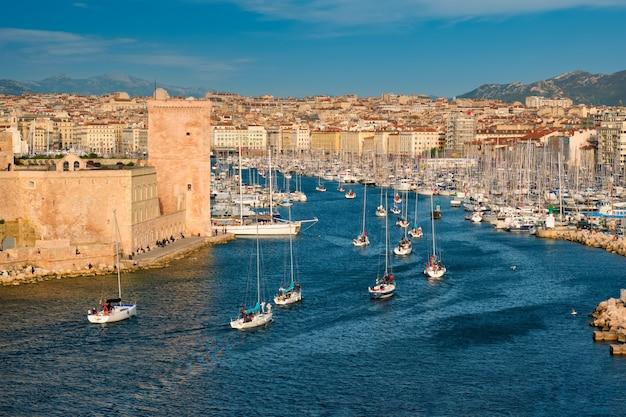 サンセットマルセイユフランスのマルセイユ旧港に来るヨット