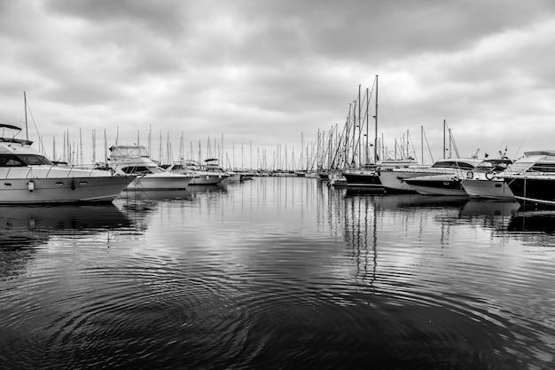 トルコの港のヨット。黒と白。コピースペース