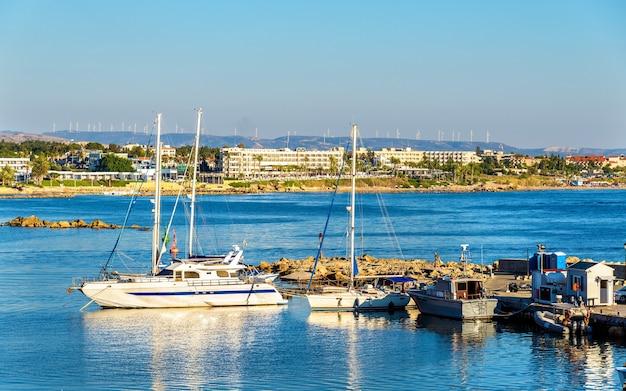 Яхты в гавани пафоса - кипр