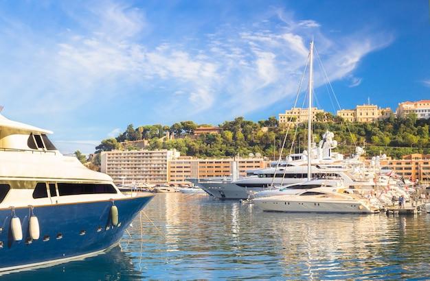 Яхты в порту монако.