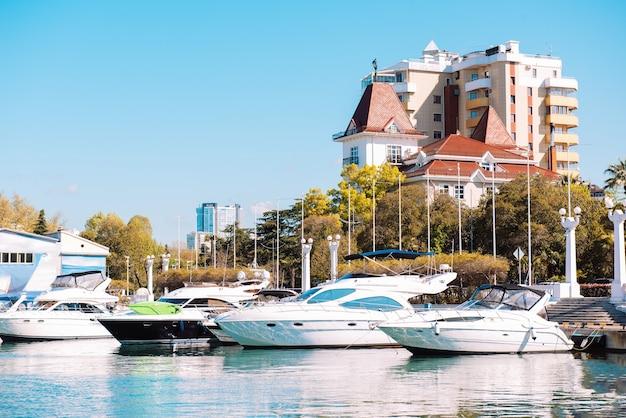 Яхты пришвартовались у жилых домов. причал в центре города. . летний отдых, туризм, яхтинг, отдых, досуг, стиль жизни