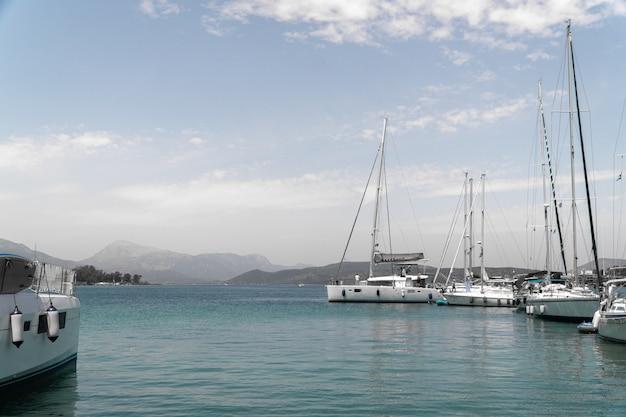 ギリシャのエギナ島の漁村のヨット
