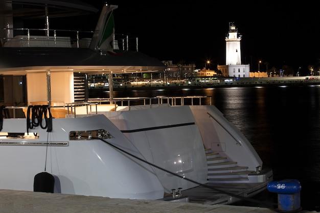 マラガの灯台を背景にしたヨット
