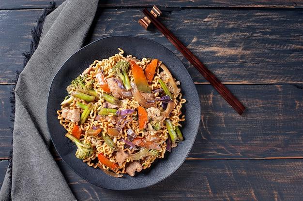 고기와 야채를 곁들인 유명한 일본식 볶음면 야키소바. 평면도