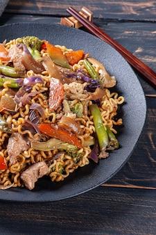 고기와 야채를 곁들인 유명한 일본식 볶음면 야키소바.