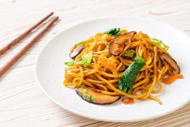 Лапша якисоба, жаренная с овощами в азиатском стиле - веганская и вегетарианская еда