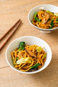 Лапша якисоба, жареная с овощами в азиатском стиле, веганская и вегетарианская еда