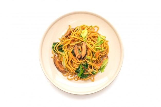 Лапша якисоба, обжаренная с овощами - веганская и вегетарианская еда