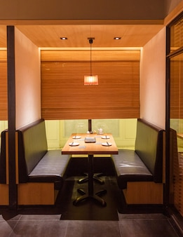 Японский гриль-шашлык yakitori с собственной гостиной. главным образом украшенный с текстурой дерева дуба. минималистский дизайн интерьера.