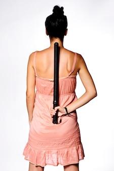 彼女の背中の後ろに防衛棒を保持しているヤンの女性