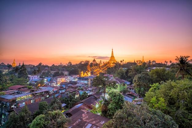미얀마의 쉐다곤 파고다가 있는 황혼의 양곤 스카이라인