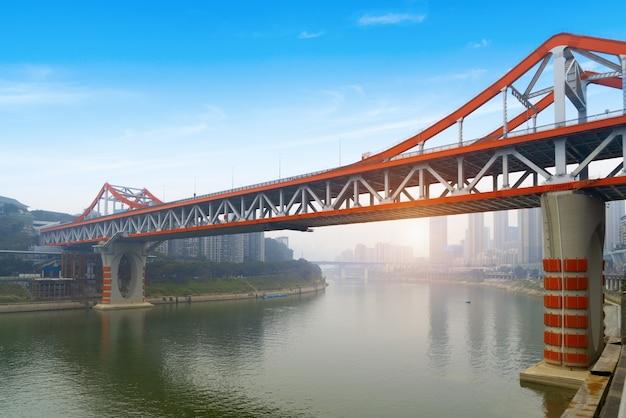 Мост через реку янцзы и городской пейзаж чунцина