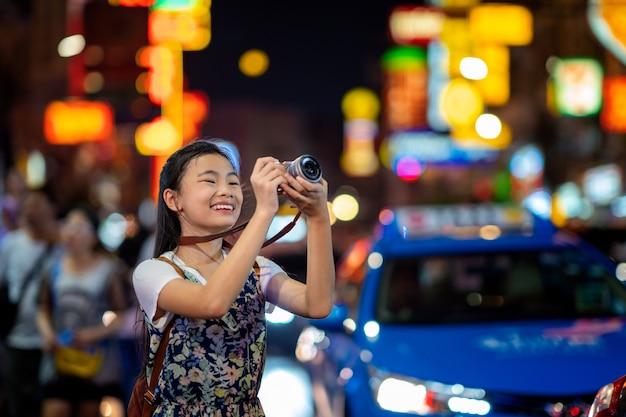 Азиатская леди путешествует по улице yaowarat food