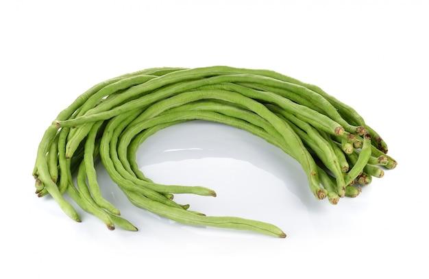 白い壁に庭の長い豆