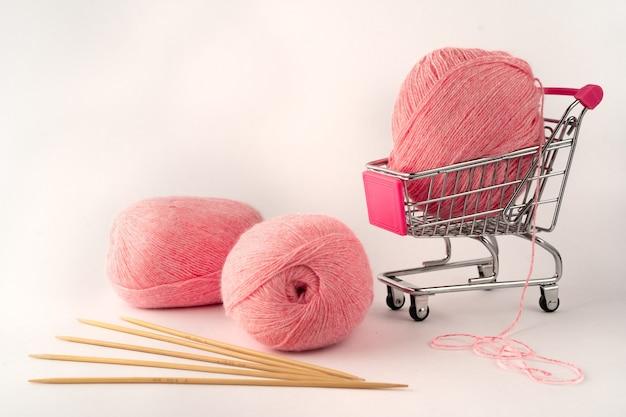 뜨개질 및 뜨개질 원사 프리미엄 사진